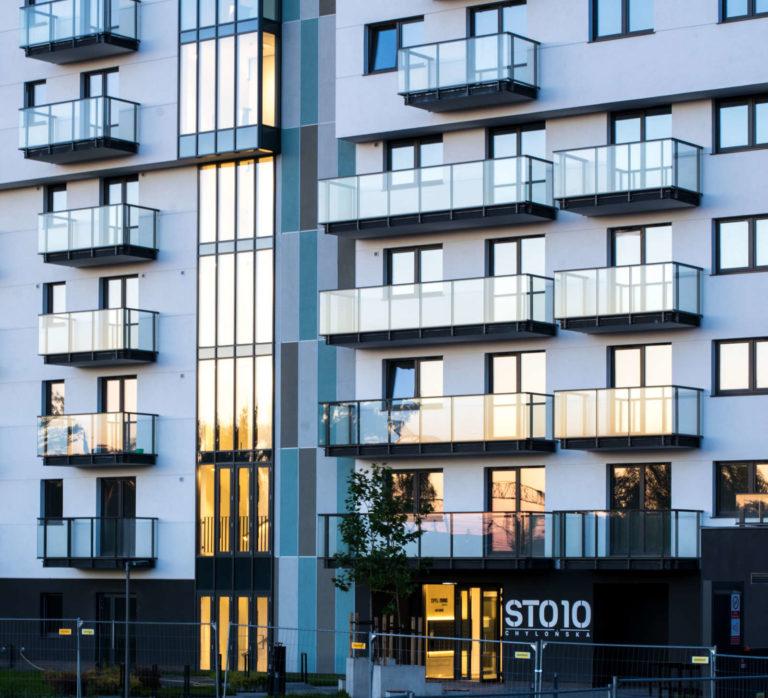 Refleksy zachodzącego słońca | Osiedle STO10 Chylońska w Gdyni