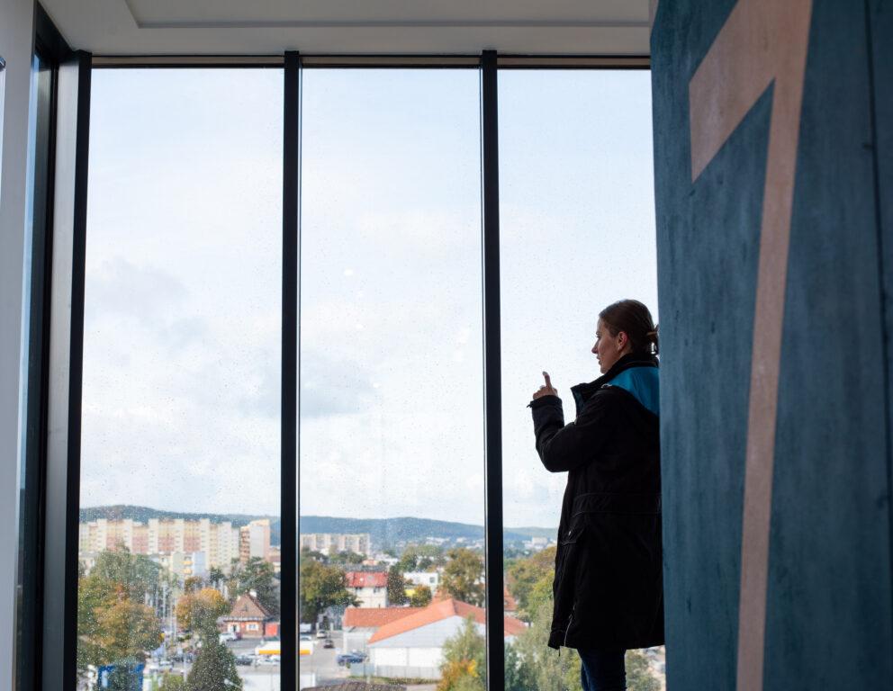 Dobre widoki na okolicę i przyszłość z panoramicznych okien części wspólnych